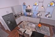 Open kitchen karo granite counter tops ing houseboat iki kanggo dijual.